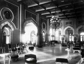COLLECTIE_TROPENMUSEUM_Zaal_in_het_Istana_Maimun_het_paleis_van_de_Sultan_van_Deli_TMnr_60038070