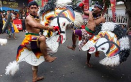 Sejumlah seniman jaranan menunjukkan kebolehannya dalam Festival Seni Kali Brantas 2009 di Kediri, Jawa Timur